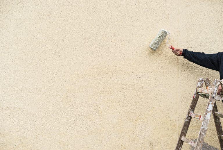 Verniciare le pareti esterne di casa: materiali e passaggi